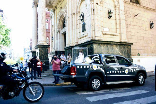 Tras una vuelta a la plaza 25 de Mayo, la caravana de vehículos enfiló hacia el bajo.