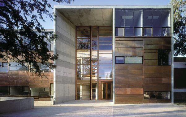 Aravena produce obras poderosas de arquitectura que responden a desafíos clave del siglo XXI. (AP)