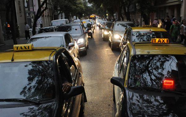 Embotellamientos. El estacionamiento en pleno centro contribuye a que falte espacio en las calzadas. (foto: Marcelo Bustamante)