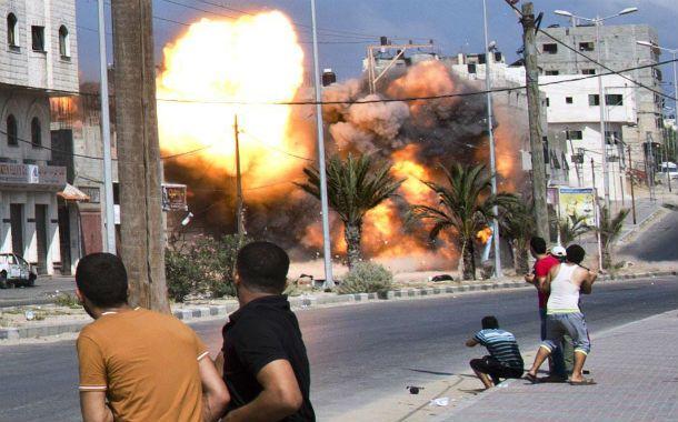 Demoledor. Una bomba israelí estalla a metros de un grupo de civiles.