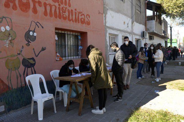 Libros por vacunas, una propuesta irresistible en el populoso barrio Tablada