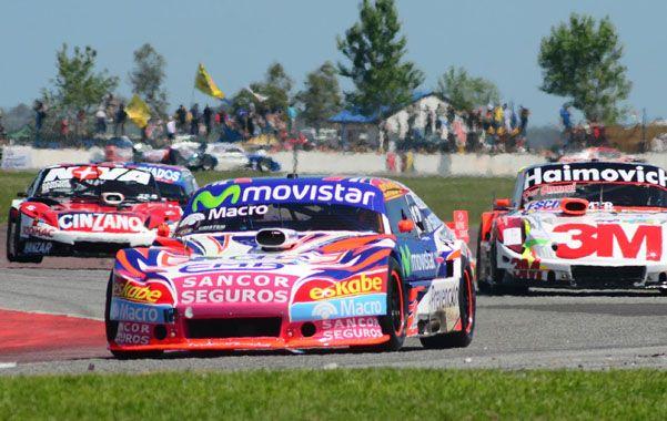 Mano a mano. El Ford de Werner persiguió durante toda la carrera al Chevrolet de Ledesma. En el fondo aparece Rossi.