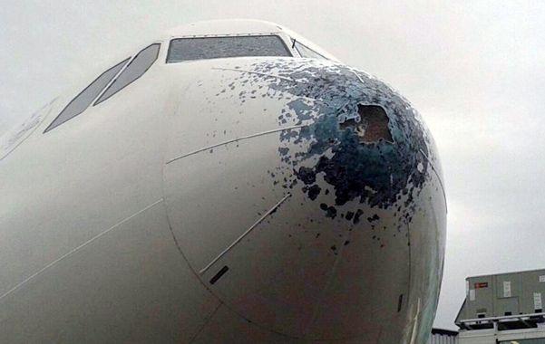 Un avión sufrió una fuerte granizada a 7.600 metros.
