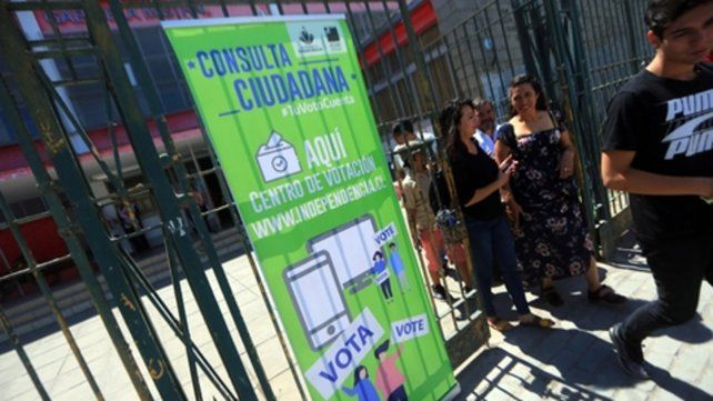 a votar. Una fila de ciudadanos espera para sufragar en la comuna de Independencia.