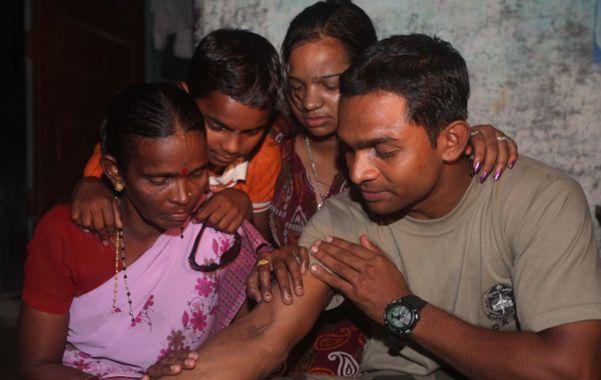 Reencuentro. Fanesh Dhangde le muestra el tatuaje a su madre.