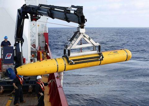 Tripulación a bordo del buque australiano Ocean Shield posiciona el Bluefin-21 para comenzar otra busqueda de restos del MH370.
