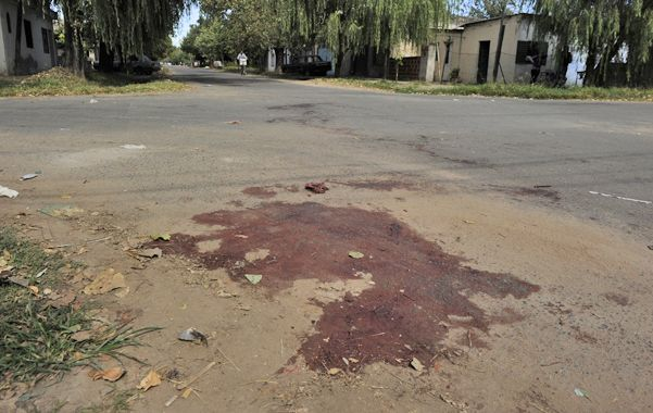 Sangre. Diego Monzón fue atacado en la esquina de Alsina y Virasoro.