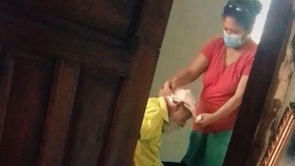 Una mujer sigue cuidando a su exsuegro a pesar de que su marido la abandonó.