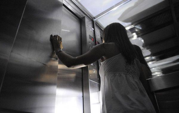 La caída de un ascensor generó pánico en un edificio de Montevideo al 900.