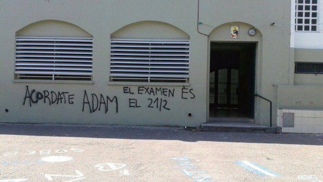 Las amenazas también se pintaron sobre las paredes de la escuela.
