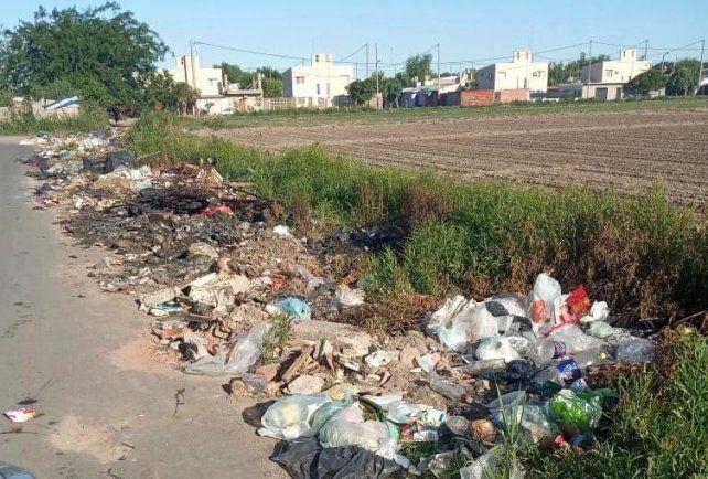 EXIGEN LIMPIEZA. Los vecinos de los barrios Godoy y San Cayetano.