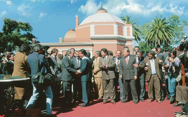 Histórico. Alfonsín y Menem se saludan en el Palacio San José. Fueron los mentores de la reforma.