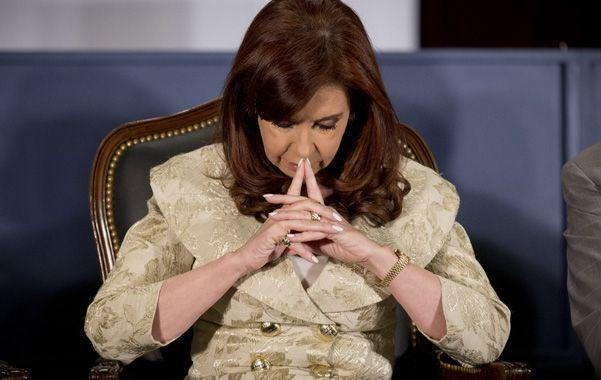 Apuntada. Cristina Fernández no habló de la imputación y viajó a Santa Cruz