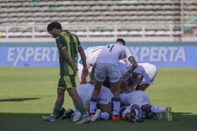 Los jugadores de Central celebran tras la conquista de Marinelli.