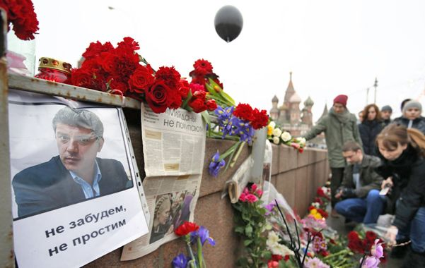 Escena del crimen. Rusos depositan flores en el puente cercano al Kremlin donde el político fue acribillado.