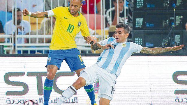 Parada brava. Angel Correa va a los pies de Neymar. El rosarino casi hace un gol robándole desde el piso la pelota al arquero.