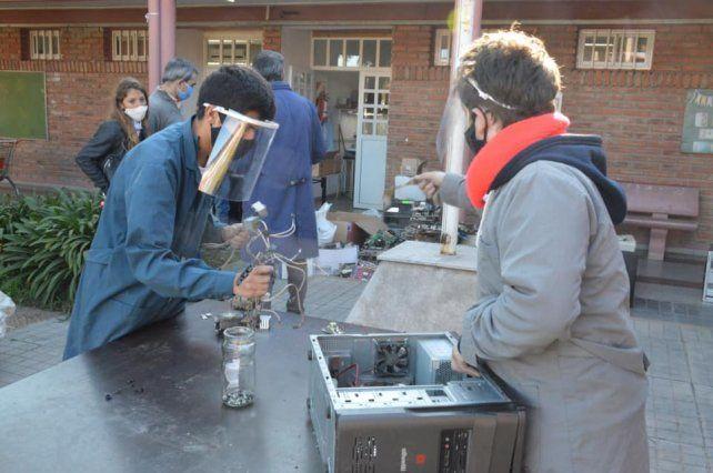 Estudiantes de la Escuela Técnica N° 602, están llevando adelante un programa de reciclado de desechos electrónicos.