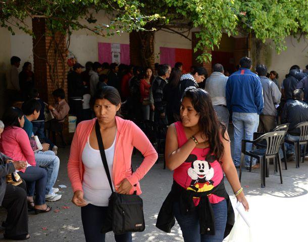 Unos 500 residentes bolivianos en la región votaron en la Escuela República de Bolivia. (Foto: E. Rodríguez Moreno)