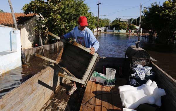 La marcha. Un habitante de las afueras de Asunción del Paraguay prepara la mudanza. Como él