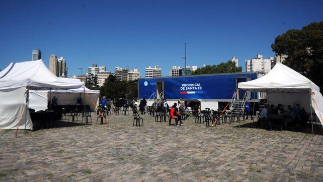 Los testeos en Rosario han bajado tanto en porcentaje que la carpa que estaba ubicada en la zona del Monumento ahora fue reubicada entre los galpones que están en sobre la barranca del río.