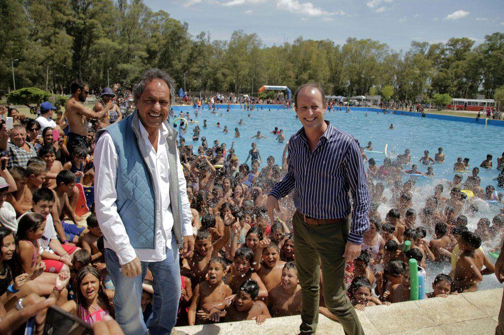 Scioli e Insaurralde visitaron una pileta pública en Lomas.