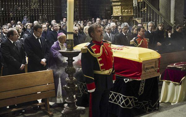 Descanso final. El féretro de Adolfo Suárez cubierto con la bandera española en la catedral de Avila.