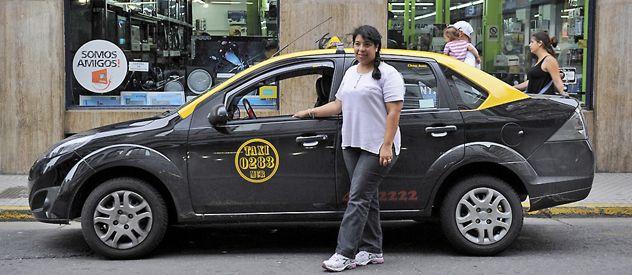 Al volante. Una taxista esperaba ayer pasajeros en Sarmiento y Rioja. Ahora