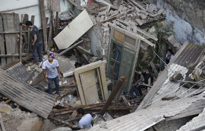 Las imágenes son elocuentes. El segundo piso del edificio de calle Balcarse fue arrasado por la explosión. (Foto: L: Vincenti).