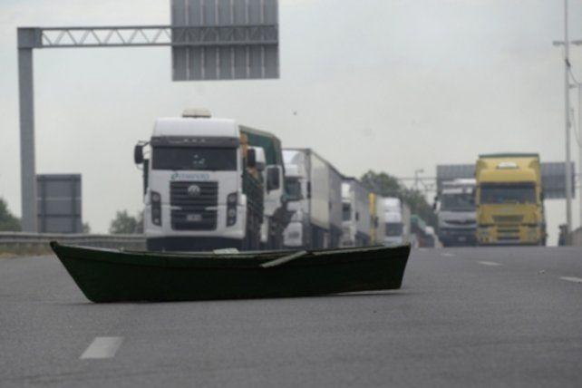 Protesta. Los pescadores cortaron el puente Rosario-Victoria.