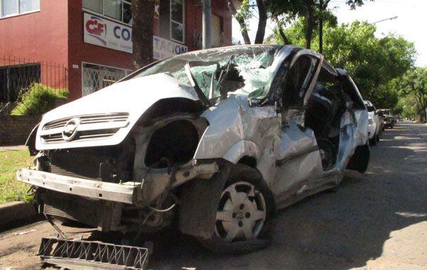 Destrozado. El Chevrolet Meriva color gris quedó muy dañado tras ser arrastrado por 100 metros.