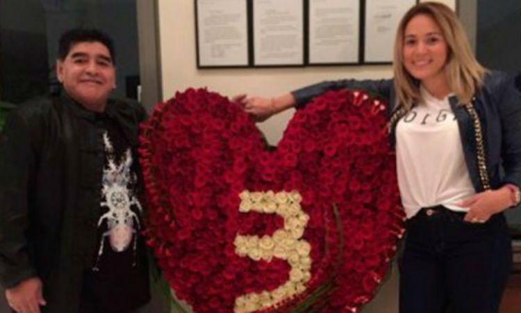 Diego y Rocío junto al gran ramo de rosas rojas por los tres años de amor.