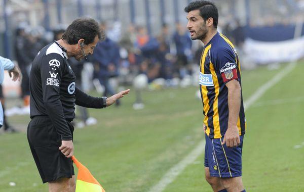 Paulo Ferrari le reclama al juez de línea en el partido de hoy. (Foto: S. Meccia)