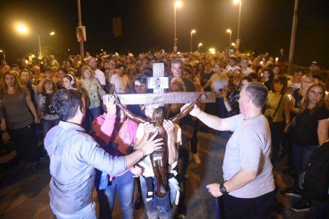 Una multitud acompaña al padre Ignacio en el tradicional Vía Crucis por el Rucci