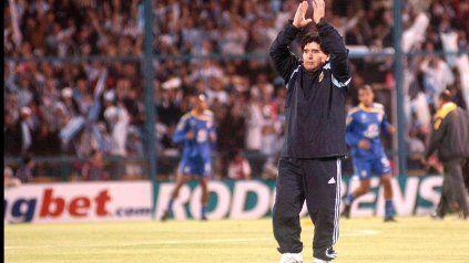 Un saludo a la ciudad. Diego levanta los brazos y la multitud lo ovaciona en el Gigante antes del partido ante Brasil en 2009.