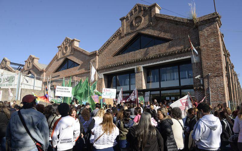 Docentes y estatales se manifiestan en las puertas de la Regional VI. (Foto: Celina Mutti Lovera)