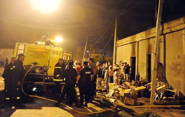 Incendio en la noche. Un pequeño almacén quedó destruido.