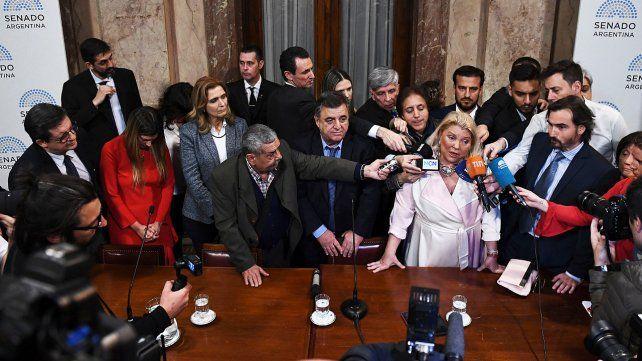 Carrió denuncia proscripción y apunta a la oposición