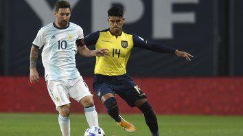 Messi domina, mientras Arreaga lo acosa.