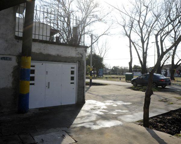 El cuerpo estaba apoyado contra un garage de Esteban de Luca y Corrientes. (Foto: G. de los Ríos)