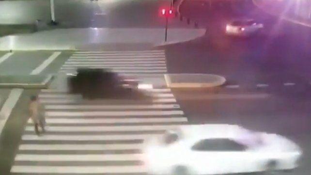 Impactantes imágenes registran cuando una moto atropella a un peatón