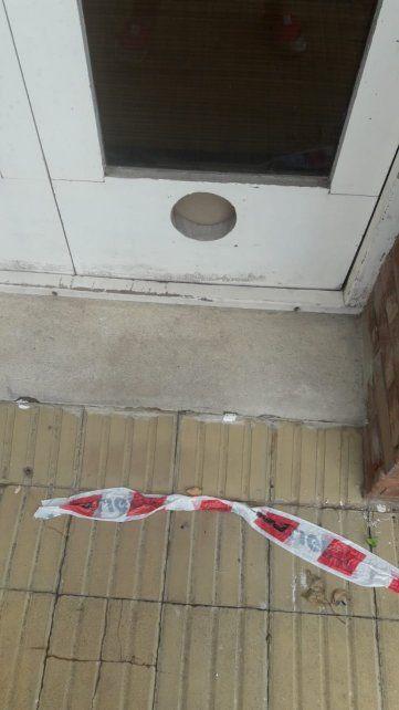 En ese hueco redondo de la puerta guardaban las llaves de la casa. Dejar objetos en lugares recónditos y que