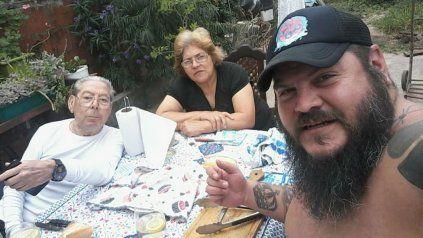 El Oso Cejas junto a sus padres. Fue asesinado el 21 de septiembre.