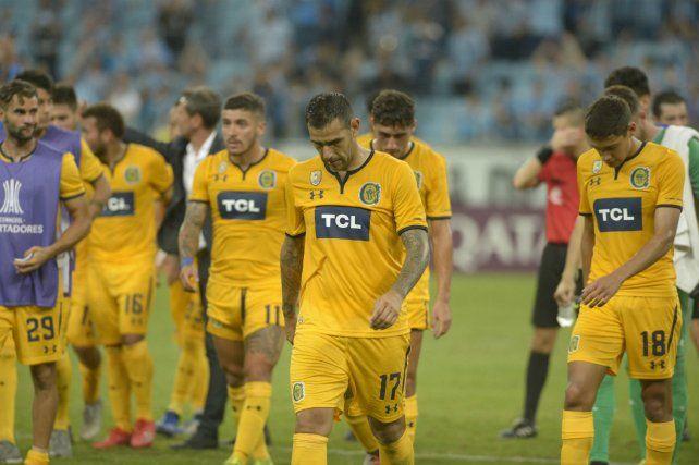 Los gestos de los jugadores lo dicen todo. Central jugó mal y casi nunca estuvo en partido en Porto Alegre.