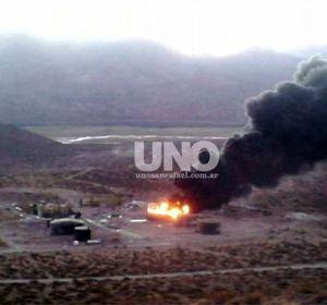 El incendio comenzó ayer en la planta de YPF en Malargüe. (Foto: gentileza Marcelo Tilleria / Diario UNO)