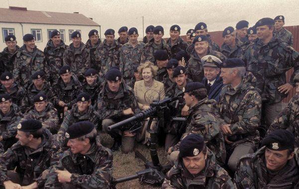 Visita. Margaret Thatcher en las islas en enero de 1983. La fallecida premier se reunió con soldados paracaidistas en una recorrida por Pradera del Ganso.