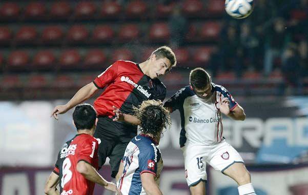 Un intento. Ezequiel Ponce le gana a Villalba en lo alto. La acción no traerá consecuencias. (Foto: F Guillén)