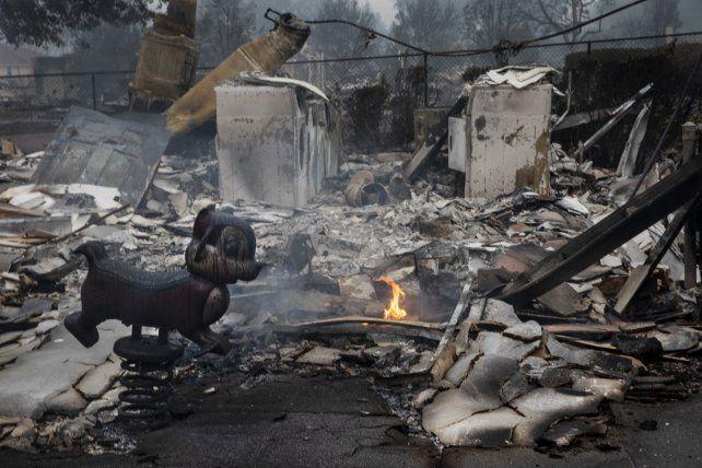 Los restos incinerados de una casa en un pueblo de Oregon