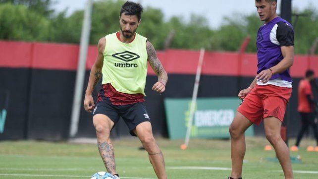 Luche y vuelve. Nacho Scocco participó de un rato de fútbol informal mientras sigue evolucionando tras la fractura de clavícula.