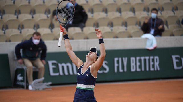 Nadia Podoroska explota tras ganar en más de dos horas de juego. La rosarina sigue haciendo historia.