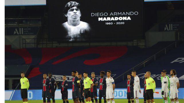 Los jugadores del PSG y el Bordeaux le rindieron homenaje a Diego Maradona antes de empezar el partido.